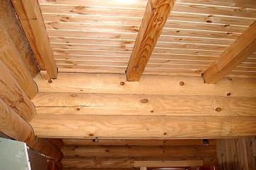 Облицовка потолка с деревянными балками ГКЛ