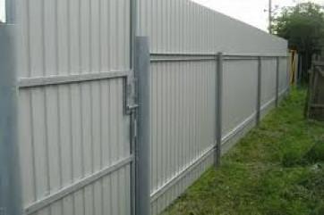 Забор из профнастила: разнообразие конструкций и цена строительства