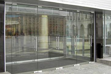 Стеклянные перегородки и входные группы в оформлении офисного помещения