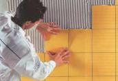 Как приклеить керамическую плитку на стену