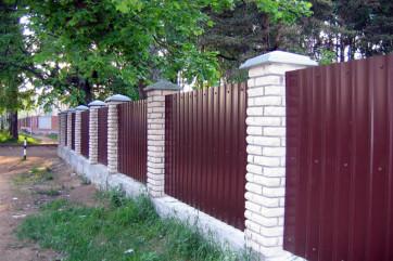 Как делать забор: выбираем материала и узнаем технику изготовления