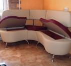 Рациональное использование кухонного пространства с мягкими угловыми диванами