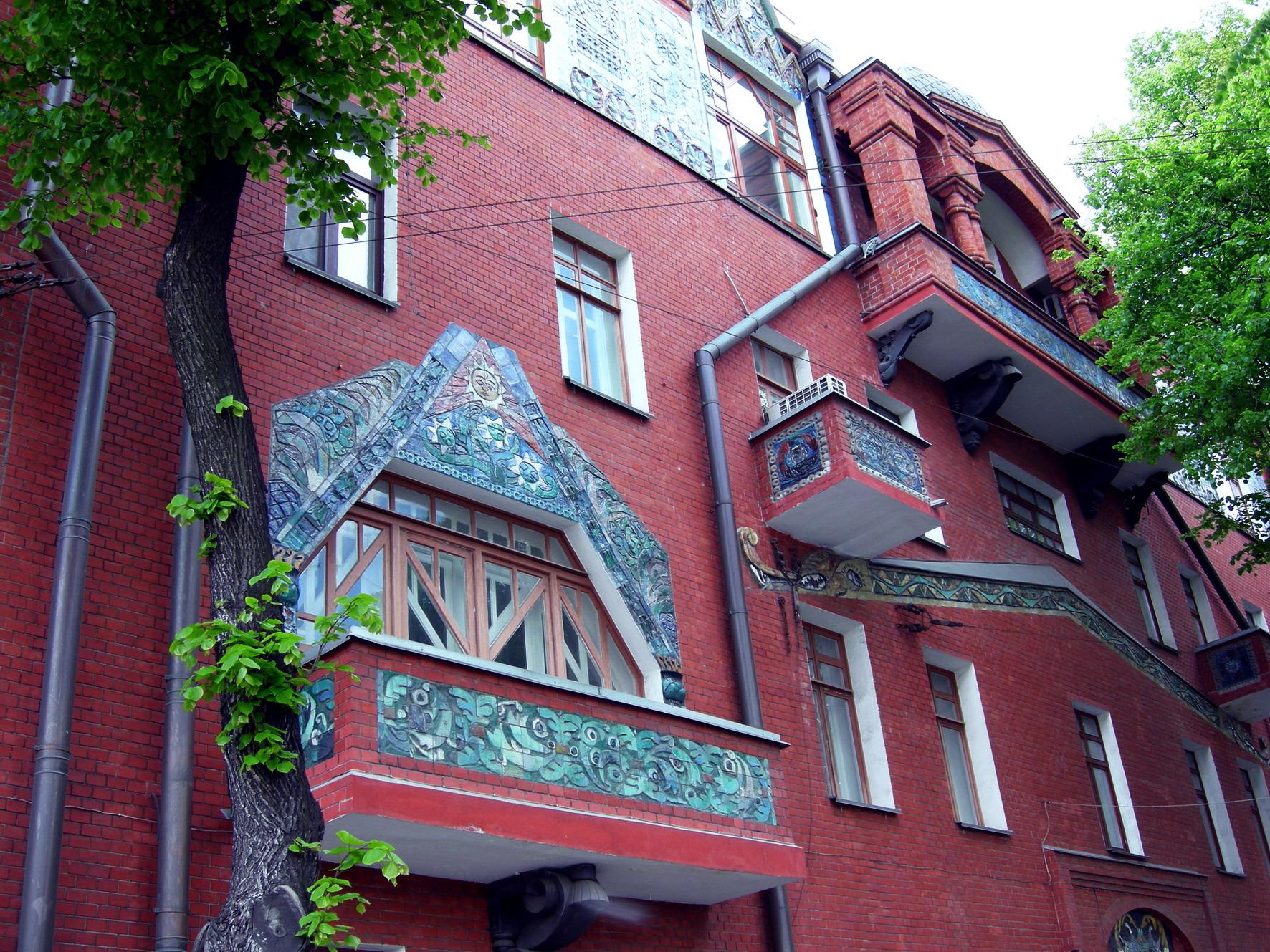 Дизайн фасада керамического дома пестрого цвета в модерна ст.