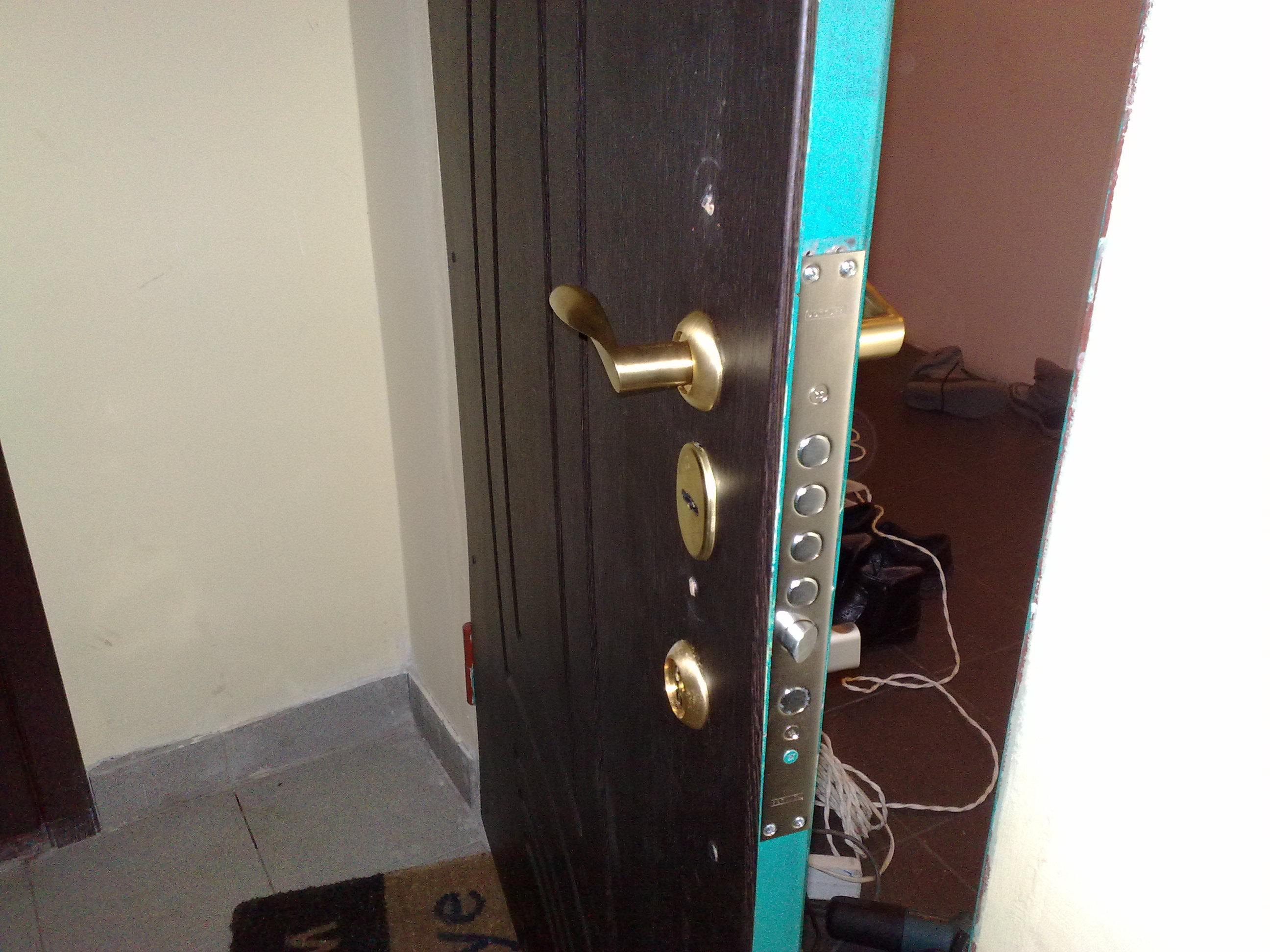 Как отремонтировать металлическую дверь своими руками