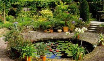 Для того чтобы ландшафтный дизайн был в полной гармонии с окружающей природой, необходимо сочетание пяти основных элементов – воды, растений, земли и камней, которые несут функциональную и декоративную нагрузку. Пятым элементом является композиция. Она может составляться в зависимости от ваших наклонностей и предпочтений, при этом акцент можно сделать на каком-либо из пяти элементов.  Водный ландшафт На любом участке можно обустроить разные варианты так называемого водного ландшафта. Наиболее грандиозным, но в то же время и самым дорогостоящим будет искусственный пруд. Для его сооружения может использоваться как технический, так и натуральный источник. Под «техническим» искусственным прудом подразумевается водоем, который стилизован под небольшое озеро или ручей. В него вода поступает по подведенным трубам. Отводится она таким же способом, то есть посредством водопровода, таким образом очищая систему. Данный водоем можно также заполнять и очищать вручную. Конечно, этот вариант водного ландшафта довольно дорогое удовольствие, но в то же время это и самый практичный способ украшения участка, так как в нем вряд ли заведутся паразиты или вредные растения. Кроме того, в таком пруду можно даже разводить декоративных карпов или купаться как в бассейне.       Другой вариант представляет собой обустройство родника, где вода всегда будет свежей. Натуральный источник воды всегда питают грунтовые воды, которые можно вывести на поверхность почвы. Если же неподалеку есть естественное озеро, то можно использовать воду для вашего пруда из него. Тогда вы сможете разводить рыбу для ловли или попросту насадить в нем кувшинки. Но помните, что в зимний период такой пруд будет источником сырости, а в жаркое время года там будут размножаться комары. Если вы решите создать такой пруд, то лучше всего обратиться за помощью к профессиональному дизайнеру, который выберет оптимальное место для его размещения, избежав при этом неприятных последствий.  Фонтан Настоящим лидером водной феерии может