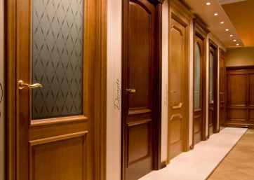 Если вы планируете приобрести двери, то выбирать их следует со всей ответственностью, также как и мебель. Если какой-то из предметов вашей обстановки выйдет из строя, то его всегда можно заменить или попросту отказаться от его использования. Гораздо сложнее заменить двери. Как правило, меняют двери при выполнении капитального ремонта. Как показывает практика, при приобретении дверей для офиса очень часто совершаются ошибки, которые выражаются в установке дверей неподходящего качества.  Бывает так, что в бытовых помещениях устанавливаются двери, поверхность которых не обладает достаточной устойчивостью к износу при интенсивном использовании. В результате при вполне привлекательном внешнем виде помещения можно наблюдать не совсем приятного вида затертые двери. Как нужно выбирать двери, чтобы они полностью отвечали вашим требованиям в отношении практичности, дизайна и качества, а также цены. Немаловажен и тот факт, каким образом двери были изготовлены.  Разновидности дверей Самым распространенным вариантом считаются распашные двери. Они открываются, как в одну строну, так и в обе, подобно дверям в метро. Такие двери могут быть наружными и внутренними, а также глухими или остекленными. Что касается дизайна, то тут широкое поле для художественных идей. Материал также может быть разным, но при этом должен подходить для изготовления дверей. Современные двери характеризуются современными материалами. Чаще всего это хорошо высушенное дерево на основе новых технологий, а также материалы, аналогичные дереву и их сочетание.  Двери из дерева используются как для наружных, так и для внутренних помещений в частных домах, квартирах и общественных зданиях. Внутренние межкомнатные двери по частоте применения занимают лидирующее место. Профильные двери обычно применяются в офисах, больших магазинах, поликлиниках, банках и иных общественных учреждениях. Во многих случаях они используются в сочетании с профильными перегородками.  Иногда в качестве внутренних дверей используются стальные
