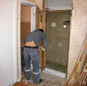 Демонтаж дверной коробки