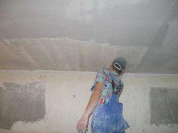 Почему потолок нужно красить валиком