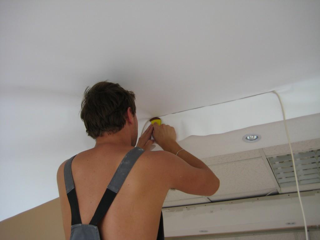 Можно ли повредить полотно натяжного потолка